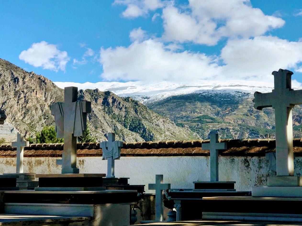 Cementerio de Dúrcal con Sierra Nevada al fondo